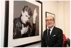 """Sukita devant sa célèbre photo pour l'album """"Heroes""""."""