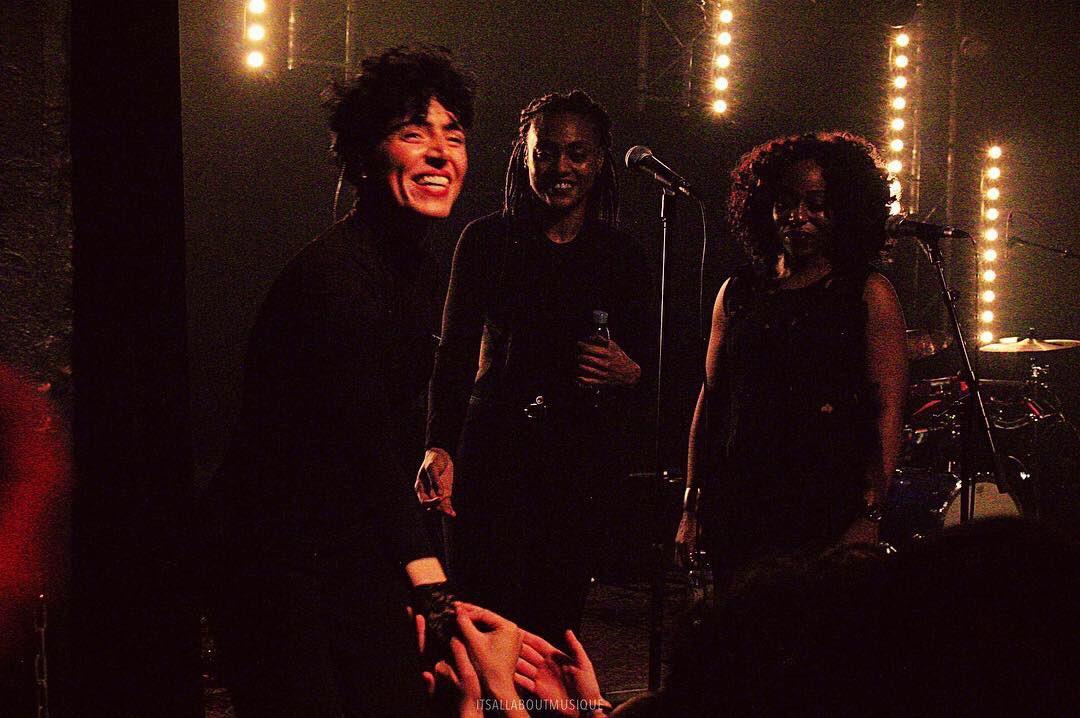 Emily King salue le public à la fin de son concert, accompagnée de ses deux musiciennes. ©️: ItsAllAboutMusique