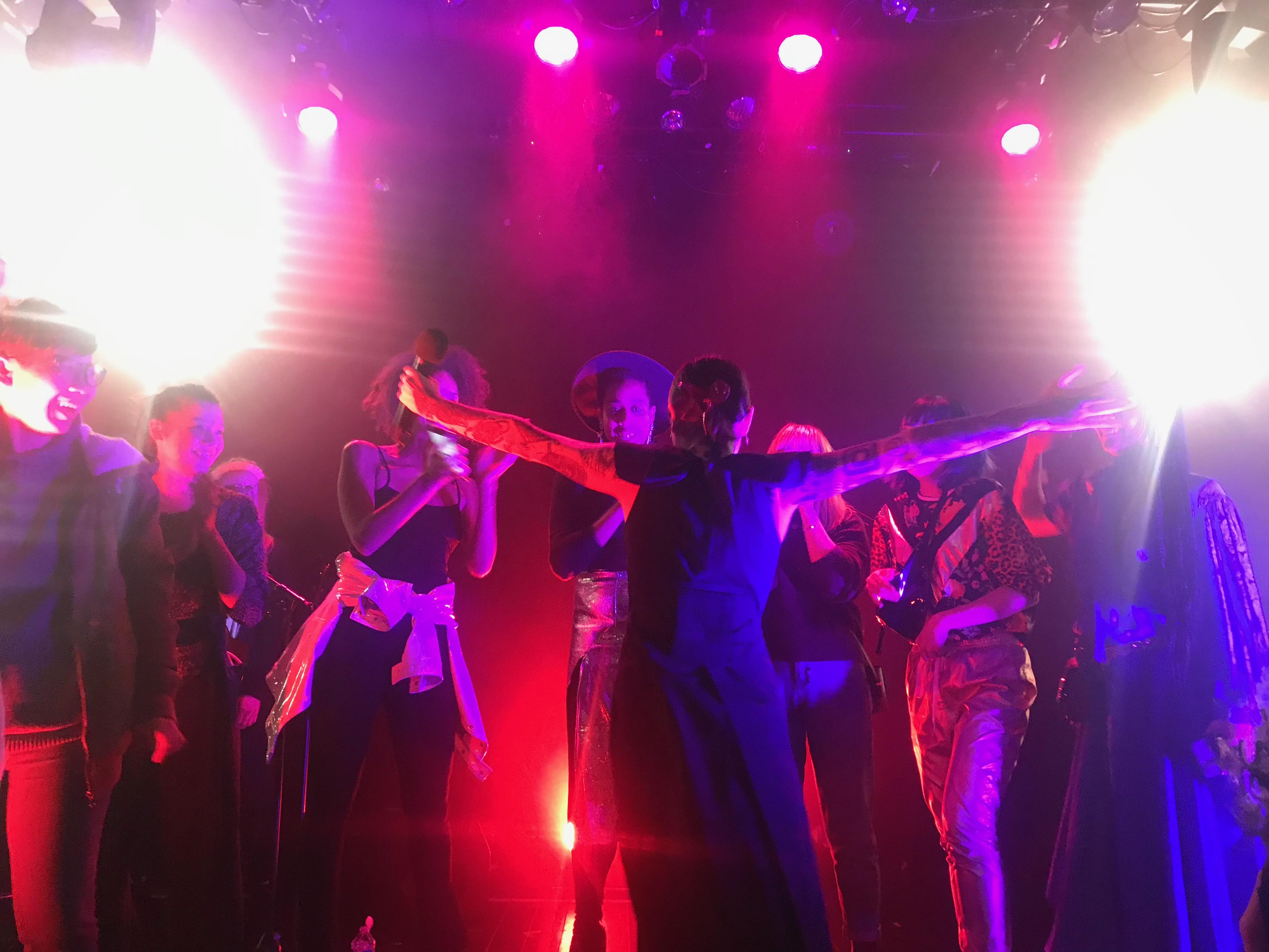 Flèche Love et le public sur la scène du Pan Piper Paris à la fin de sa prestation.
