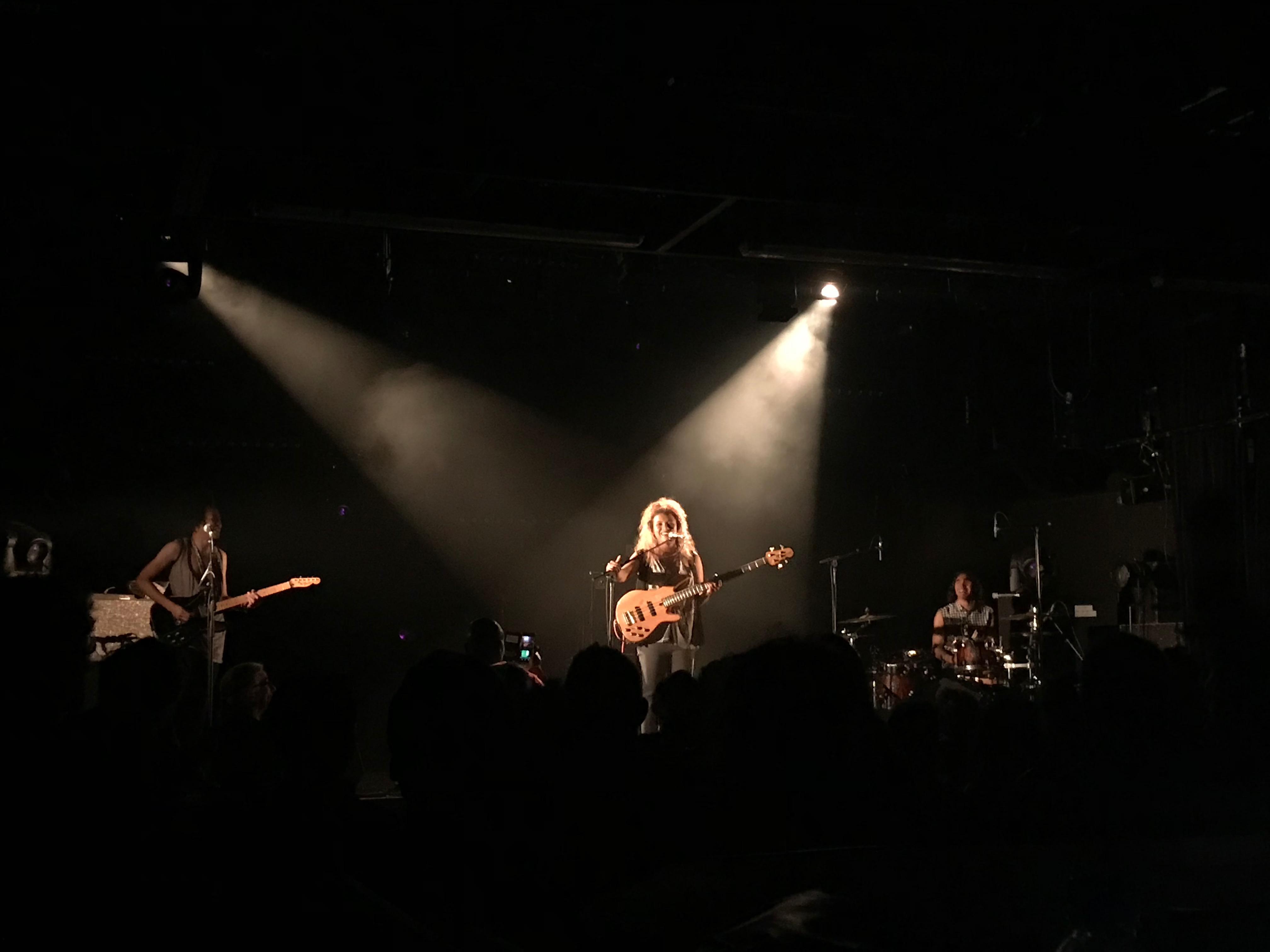 Kristel sur la scène du Fgo-barbara, entourée de son mari Sylvano à la batterie et de son frère Ben à la guitare, mercredi 20 mars 2019. © saint_xsl1