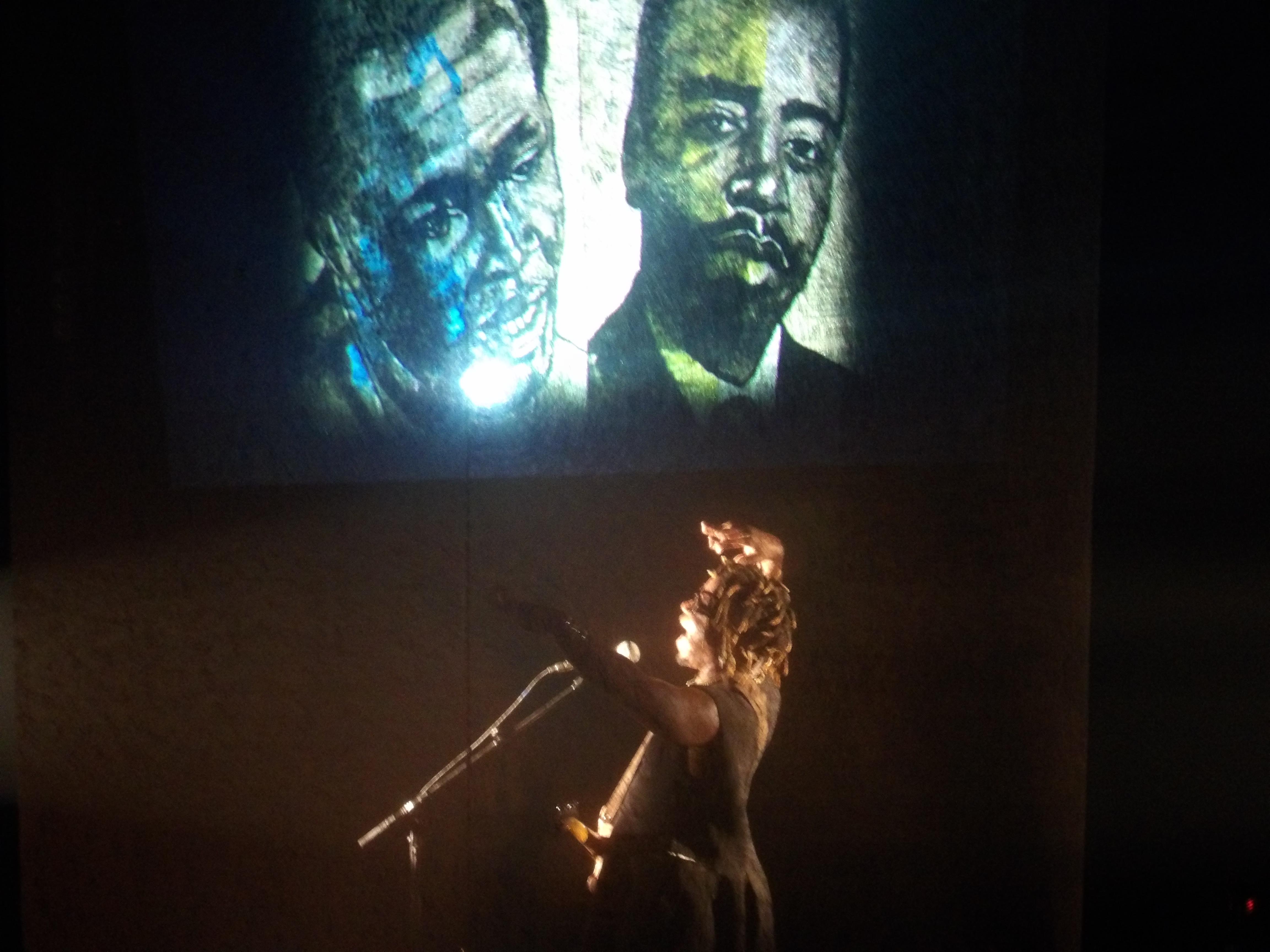 le 20 avril, sur la scène du théâtre Jacques de Coeur de Bourges, l'artiste Camerounais a rendu hommage à Um Nyobè, dans le cadre du célèbre Printemps de cette ville.