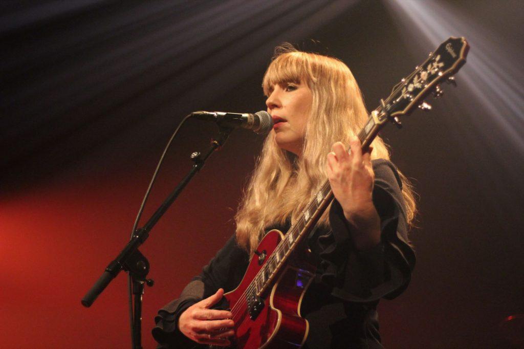 Emily Jane White et sa Gibson rouge photo benoit pour weirdsound